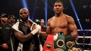 Anthony Joshua con sus cinturones de campeón mundial