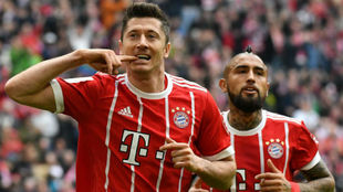 Lewandowski celebra un gol con el Bayern con Vidal al fondo