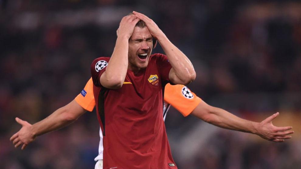 Dzeko se lamenta tras fallar una ocasión en un partido con la Roma de...