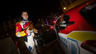 El piloto del Rally Team Spain, a las puertas de su Peugeot