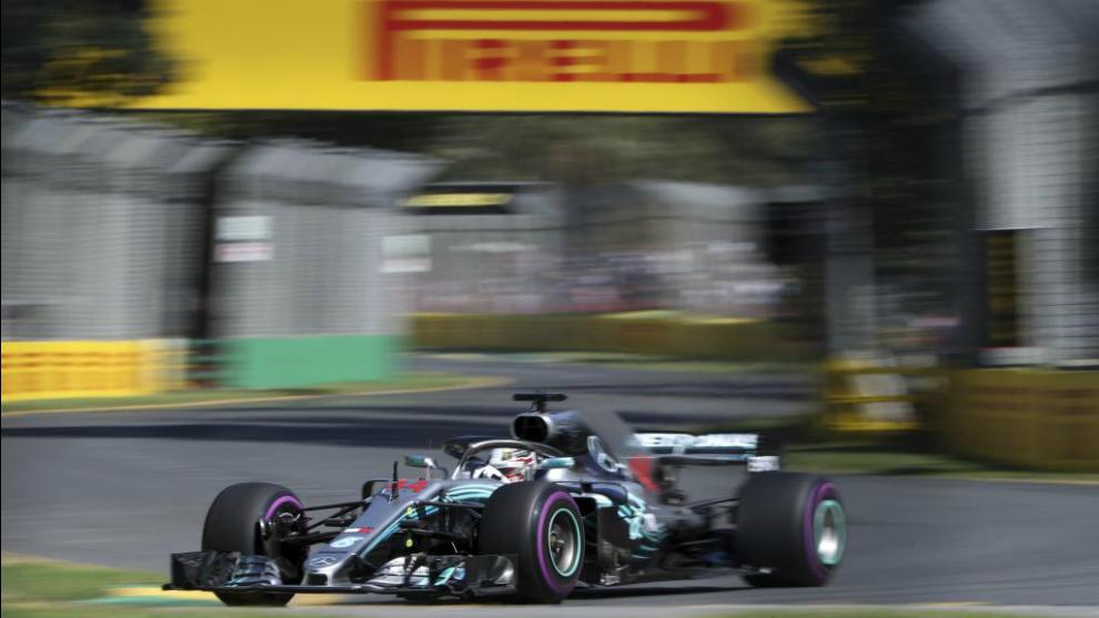 El Mercedes de Lewis Hamilton en un momento de los entrenamientos...