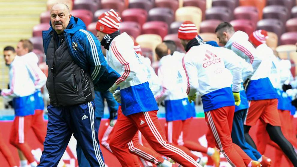 Stanislav Cherchesov dirige el entrenamiento de la selección rusa