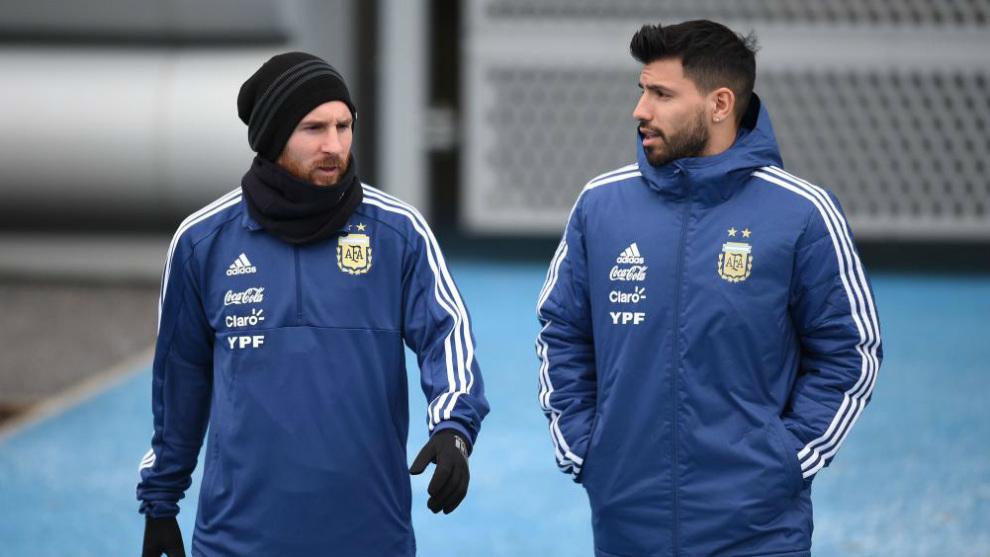 Messi charla con el 'Kun' Agüero durante un entrenamiento.