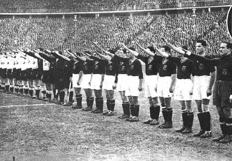 La selección del III Reich y de la España de la Falange saludan...
