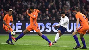 Oxlade-Chamberlain remata a portería ante la oposición de Van Dijk