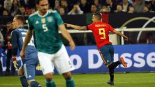 Rodrigo celebra el primer gol del partido.