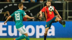 Jordi Alba controla un balón durante el partido ante Alemania.