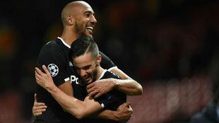 N'Zonzi y Sarabia se abrazan en Old Trafford.