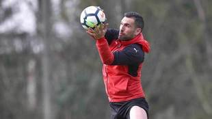 Arbilla coge el balón en un entrenamiento del Eibar.