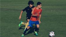 Sergio Camello conduce un balón en un partido de España sub 17.