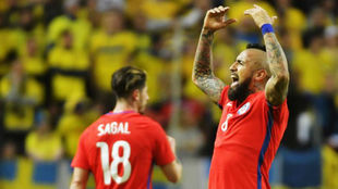 Vidal celebra el primer gol de Chile