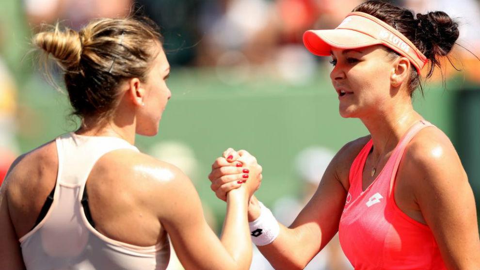Simona Halep felicita a  Agnieszka Radwanska tras el partido entre...