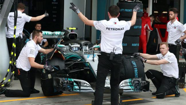 Los mecánicos empujan el coche de Bottas,
