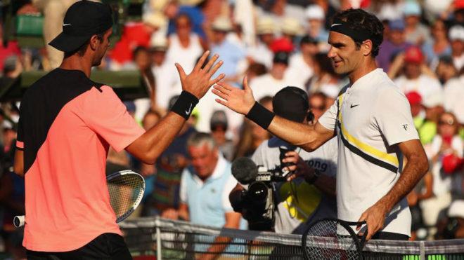 Roger Federer saluda a Thanasi Kokkinakis a la conclusión del...