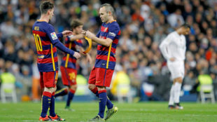 Iniesta entrega el brazalete de capitán a Messi.