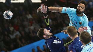 El azulgrana N'Guessan lanza por encima de Fabregas.