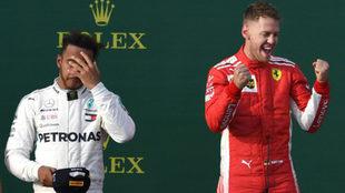 Vettel celebra su triunfo ante Hamilton.