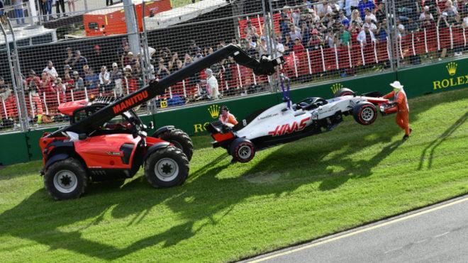 El coche de Grosjean es retirado de la pista.