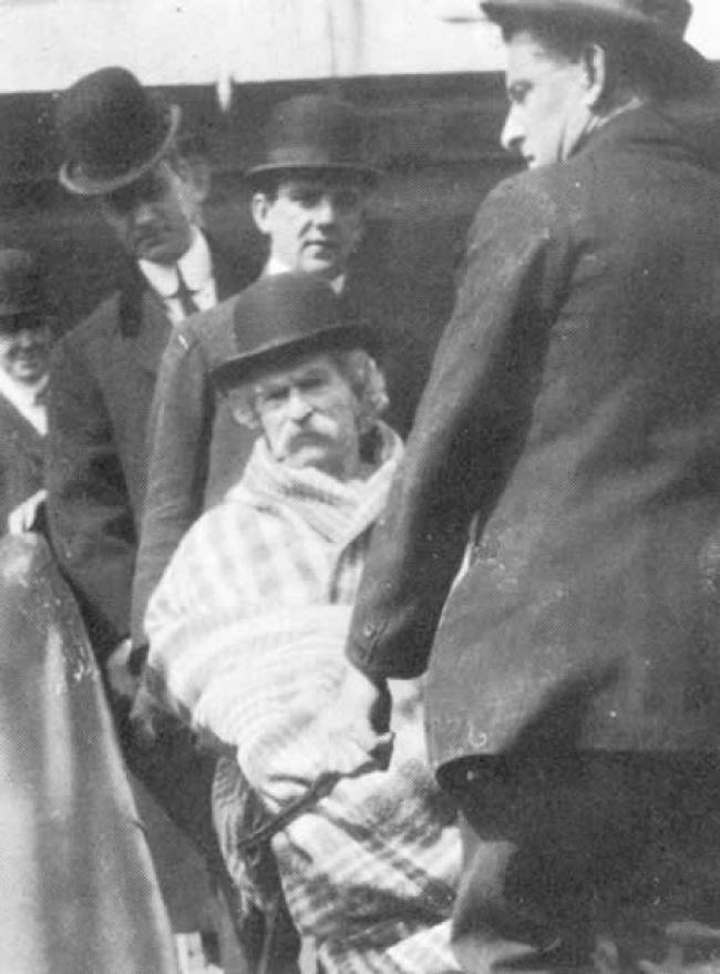 Mark Twain, 74 ans.  Image prise dix jours avant la mort de Samuel Langhorne, dit Mark Twain.  L'écrivain est mort d'une angine de poitrine.