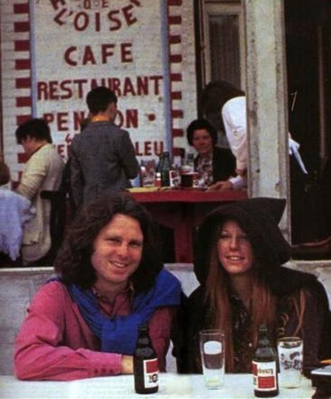 Jim Morrison, 27 ans.  La photo est prise le jour même de sa mort.  Le chanteur des Doors est décédé dans la salle de bain de l'appartement qu'il louait à la suite d'une crise cardiaque causée par une overdose d'héroïne.
