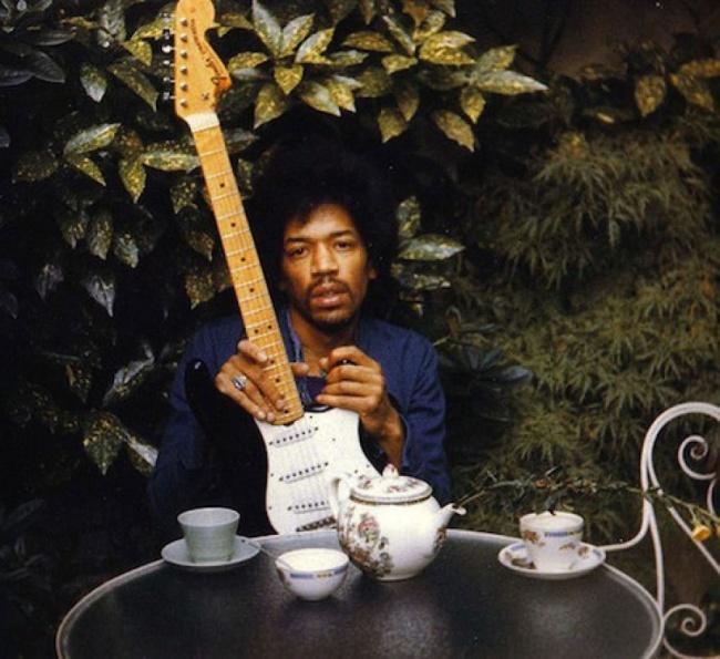 Jimi Hendrix, 27 ans.  Il est mort un jour après la prise de cette photo.  Il est mort au lit, s'étouffant avec son propre vomi après avoir pris 9 somnifères.