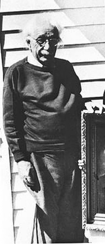 Albert Einstein, 76 ans.  La photographie a été prise un mois avant la mort du scientifique d'un anévrisme de l'aorte.