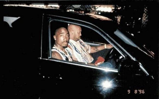 Tupac Shakur, 25 ans.  La dernière photo de l'artiste.  Dans la voiture, avec son manager Suge Knight, avant le coup de feu qui l'a tué.