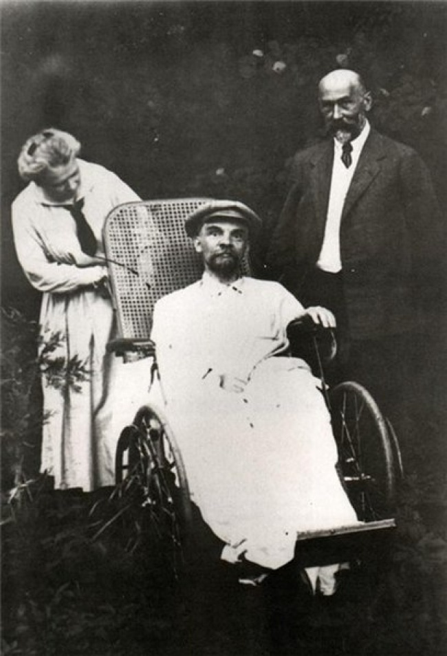 Lénine, 53 ans.  La dernière photographie connue de Lénine sur laquelle figurent également sa sœur et le médecin qui l'a soigné.  À ce moment-là, il avait déjà perdu son discours.