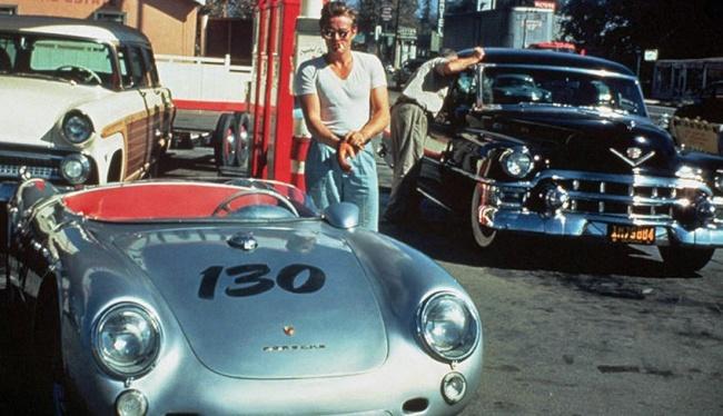 James Dean, 24 ans.  Il est mort dans un accident neuf jours seulement après que cette image a été prise avec sa Porsche dans une station-service.