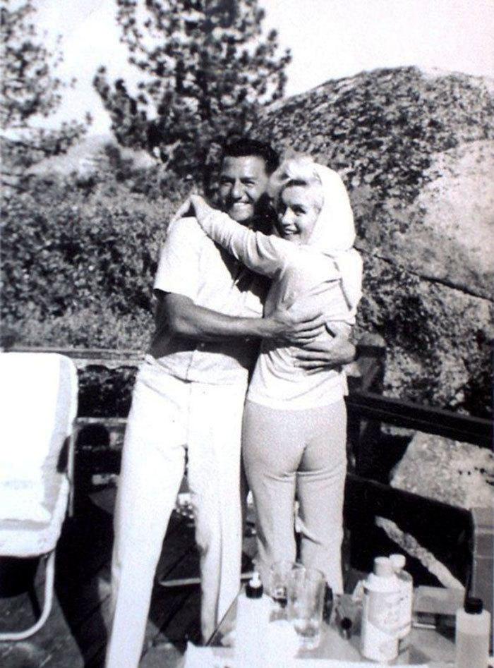 Marilyn Monroe, 36 ans.  Dans l'image, il apparaît aux côtés du pianiste de jazz Buddy Greco quelques jours avant de mourir d'une overdose de barbituriques dans ce que l'on pense être un suicide.