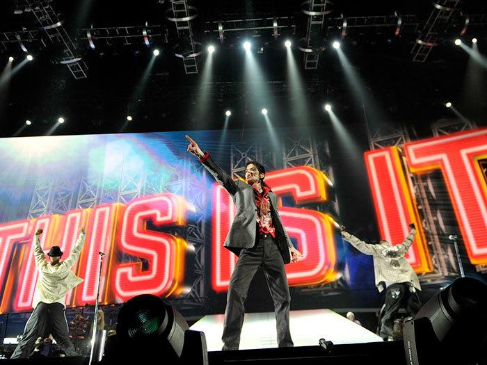 Michael Jackson, 50 ans.  Image prise lors des répétitions de ses derniers concerts seulement 2 jours avant sa mort par empoisonnement au propofol et aux benzodiazépines.