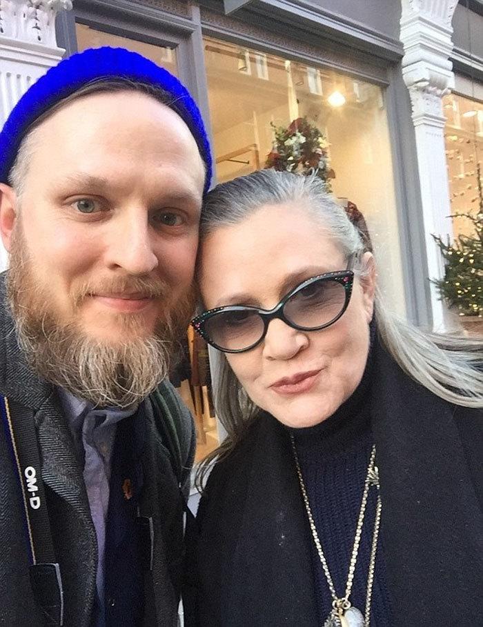 Carrie Fisher, 60 ans.  La photo a été prise par un fan à Londres la veille de son embarquement dans l'avion dans lequel il a subi une crise cardiaque qui allait le tuer quatre jours plus tard.