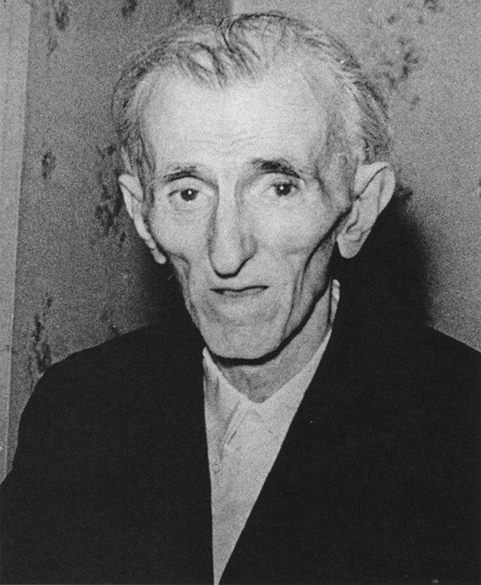 Nikola Tesla, 86 ans.  Dernière photographie connue du scientifique décédé seul au New Yorker Hotel.