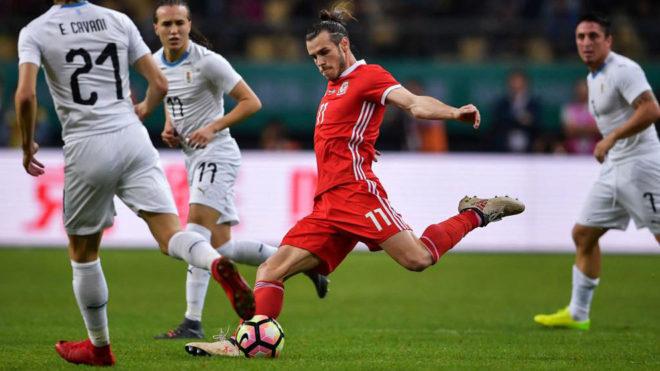 Gareth Bale remata a portería en presencia de Cavani, Laxalt y...