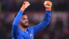 Alisson celebra el pase a cuartos de Champions de la Roma