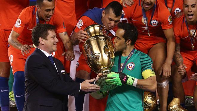 Claudio Bravo festejando el título de la Copa América Cenetenario
