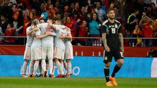 España celebra uno de sus seis goles ante la mirada al tendido de...