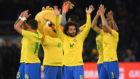 Los jugadores de Brasil celebran la victoria en Alemania.