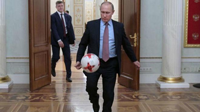 Putin juega con un balón en su despacho en 2016.