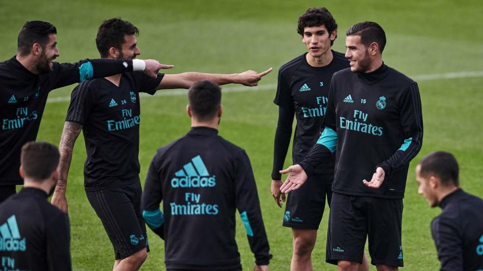Theo, señalado por sus compañeros de broma durante un entrenamiento