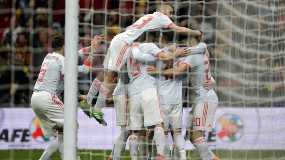 Los jugadores de España celebran uno de los seis goles a Argentina.