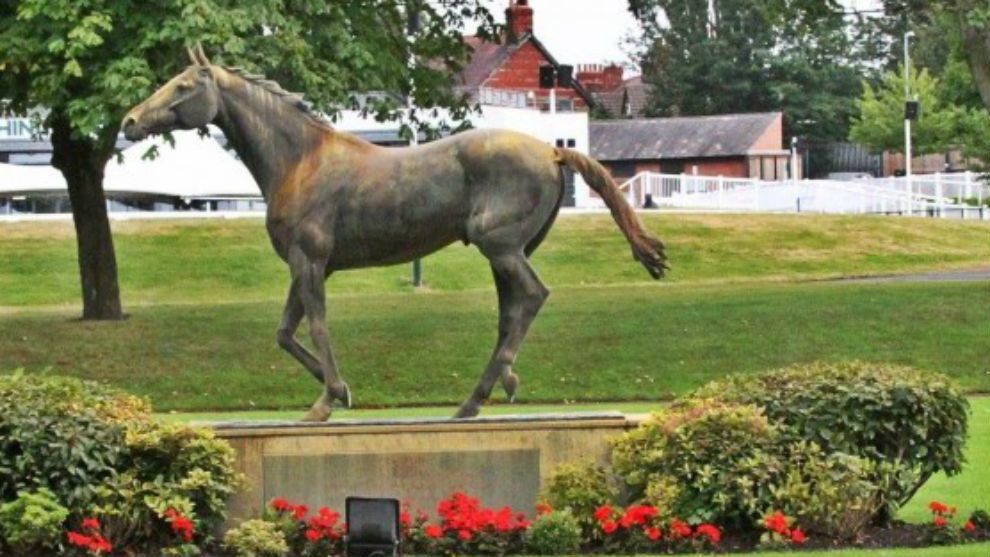 Estatua de Red Rum en Aintree.