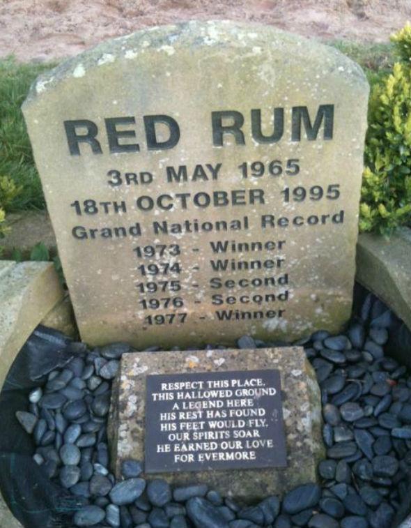 Lápida donde Red Rum está enterrado en Aintree.