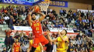Augusto Lima durante un partido de la FIBA Champions en Murcia