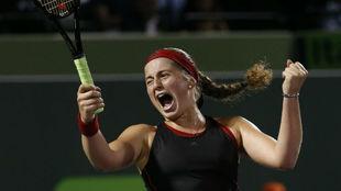 La tenista letona Jelena Ostapenko celebra su triunfo ante la...