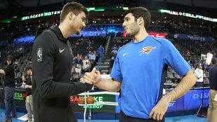 Abrines y Juancho se saludan antes del partido