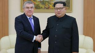 El presidente del COI, Thomas Bach, y el líder de Corea del Norte,...
