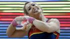 Lydia Valentín dibuja su ya tradicional corazón tras ganar el oro en...