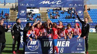 Las chicas del Atlético de Madrid levantan el título de campeonas de...