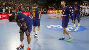 Los jugadores azulgranas, abatidos al final del partido.
